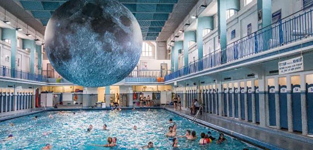 une lune suspendue au dessus d 39 une piscine bigcitylife. Black Bedroom Furniture Sets. Home Design Ideas